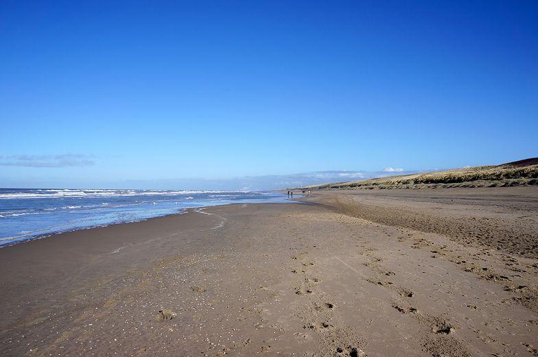 Szokujące znalezisko na plaży w Holandii. Morze wyrzuciło urny z prochami