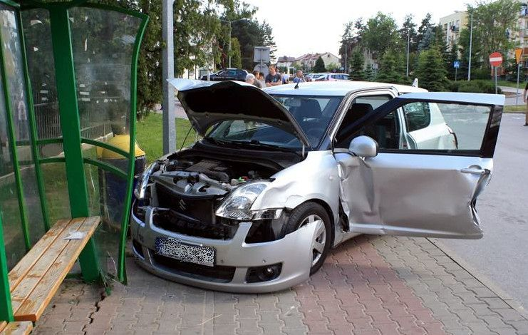 Wybrała się na zakupy, uszkodziła trzy auta i przystanek oraz raniła dziecko