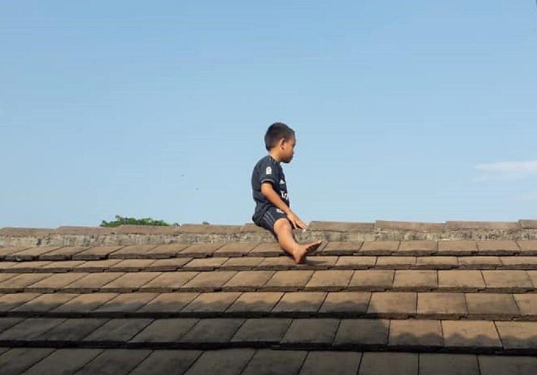 5-latek uciekł na dach. Bał się obrzezania