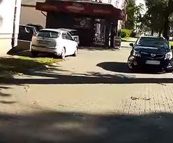 Motocyklista wymierza sprawiedliwość parkującym na chodniku. Internauci podzieleni