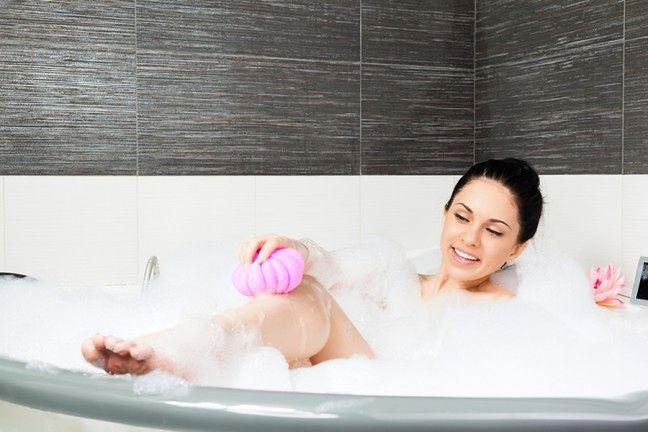Stosuj szorstką gąbkę do mycia ciała