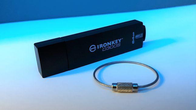 W zestawie znaleźć można niewielki dodatek: linkę w oplocie, która pomaga przypiąć urządzenie np. do kluczy czy ubrania.