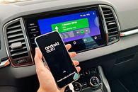 Sprawdziliśmy Android Auto i Apple CarPlay: oto wszystko, co trzeba wiedzieć - Android Auto uruchomiony w Skodzie Karoq. Duży wyświetlacz podnosi komfort korzystania z oprogramowania Google.