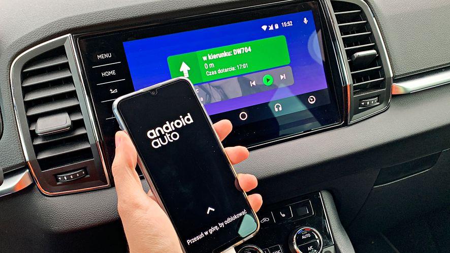 Android Auto uruchomiony w Skodzie Karoq. Duży wyświetlacz podnosi komfort korzystania z oprogramowania Google.