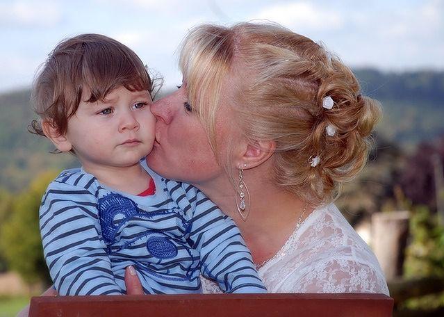 Dziecko martwi się gdy mówi się mu o chorobie
