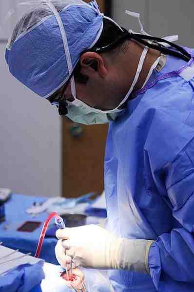 Lekarz w czasie zabiegu enukleacji