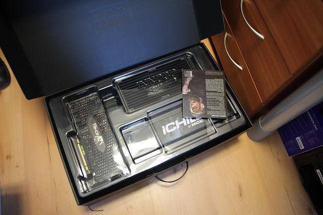 Walizka Hitmana... w taki sposób został dostarczony RTX Black. Prócz GPU w pakiecie mamy śrubki do chłodnicy i podkładkę pod mysz.