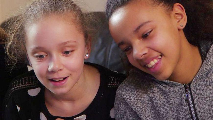 """youtube.com Bliźniaczki o różnych kolorach skóry robią furorę w sieci, po publikacji ich historii w """"National Geografic"""""""