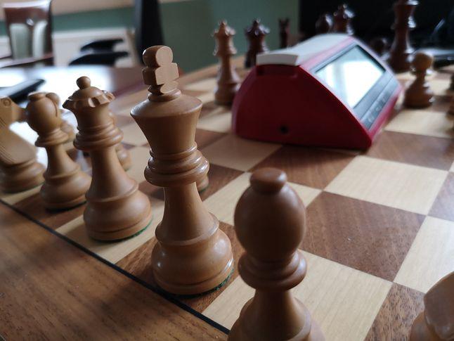 Elektroniczny zegar i szachownica, którą można podpiąć do komputera, by odczytać zapamiętaną partię rozegraną fizycznymi figurami.