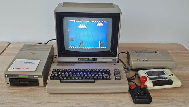 Commodore C-64. Po lewej stacja dysków 1541, po prawej magnetofon 1530 oraz ploter 1520
