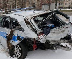 Radiowóz dachował po zderzeniu. Ranni dwaj policjanci