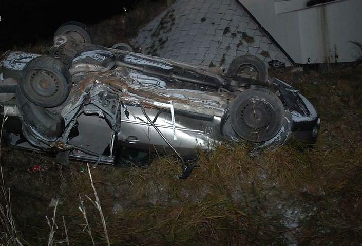 Samochód spadł z mostu. 17-letni kierowca uciekł i zostawił ranną 16-latkę