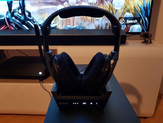 Astro Gaming A50 to bezprzewodowe słuchawki dla Xbox One X, które korzystają z kabla optycznego, fot. Jakub Krawczyński