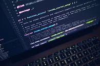 Zawód programista, wymarzona praca dla każdego? - źródło: Luca Bravo, Unsplash
