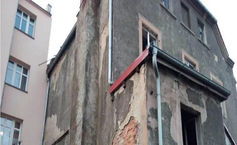 Zapłakane dzieci nad ciałem matki w mieszkaniu w Międzyborzu. Sąsiedzi zabrali głos