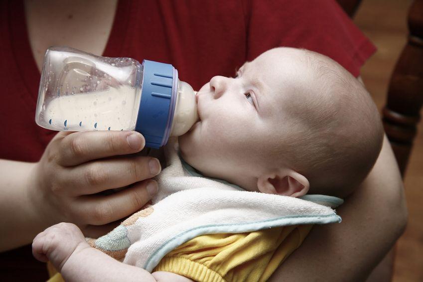 Trzymanie niemowlaka na rękach w czasie jedzenia
