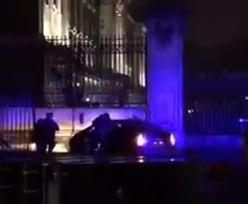 Nieźle nastraszył turystów. Uderzył w bramę pałacu królowej