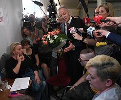 Protest w Sejmie. Żalek przyszedł z kwiatami do niepełnosprawnych