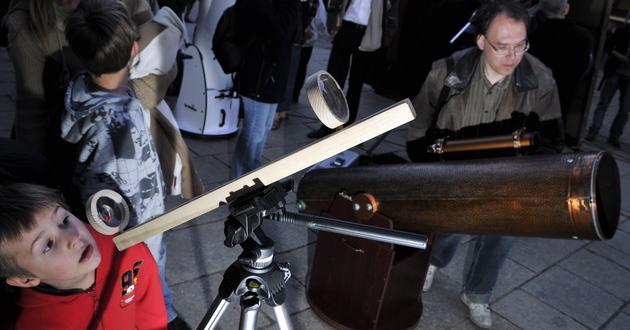 Kilkadziesiąt lornetek, lunet i teleskopów zgromadzono u  stóp  pomnika Mikołaja Kopernika w Toruniu w 2009 roku.
