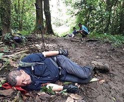 Biskup Kostaryki śpi w błocie. Poruszające zdjęcie