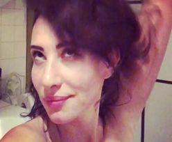 Naga Aleksandra Popławska dzieli się filmikiem z wanny. Aktorka bawi się na nim włosami