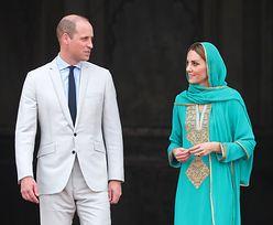 Kate i William w meczecie w Pakistanie. Zwróćcie uwagę na ich stopy