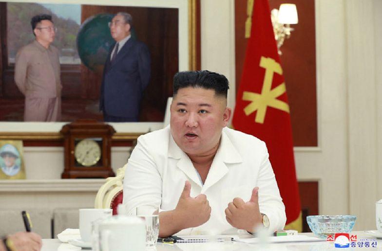 Stracili wszystko. Kim Dzong Un przyjechał do zniszczonej wioski luksusowym SUV-em