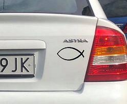 Widnieje na niektórych samochodach. Co oznacza znak ryby?