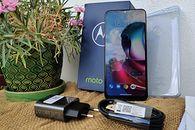 Średniaki bywają interesujące. Recenzja Motorola Moto G30! - Lusterko Motoroli G30
