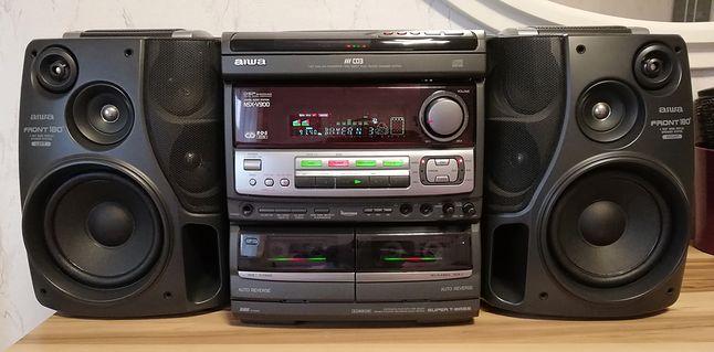 """Aiwa NSX-V900 - bardzo popularny model z końca lat 90'. Uwagę zwracają ciekawie rozwiązane głośniki surround w kolumnach, umieszczone """"do środka""""."""