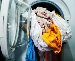 Wsyp dwie łyżki soli do pralki. Efekt będzie zdumiewający