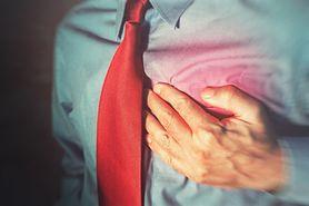 Ból po prawej stronie klatki piersiowej. Zobacz, co może oznaczać