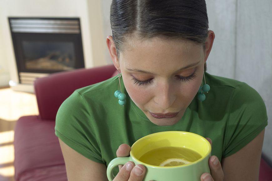 Pij gorące napoje, aby się schłodzić