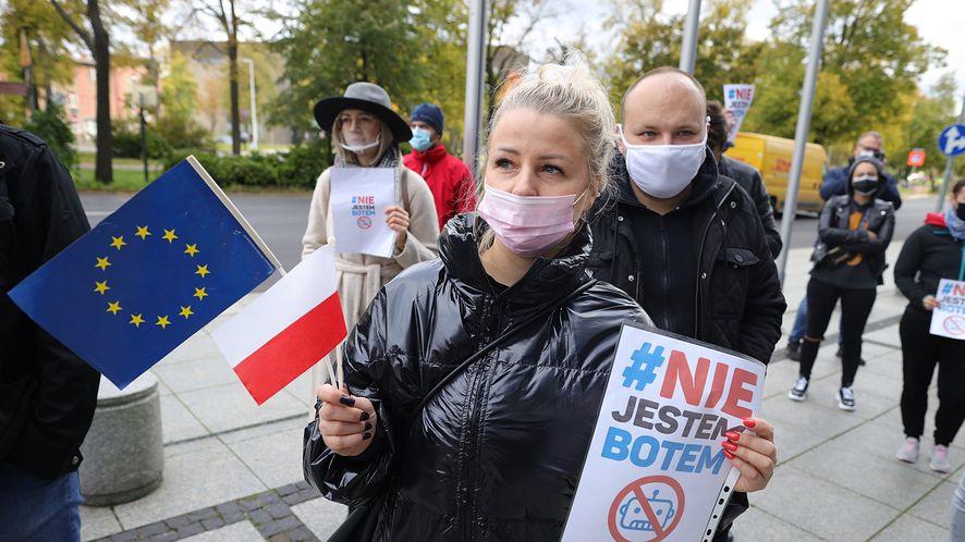 Protest przedsiębiorców przed siedzibą WARP (fot. Łukasz Cynalewski/Agencja Gazeta)