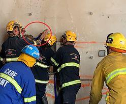 Naga kobieta utknęła między budynkami. Interweniowała straż pożarna