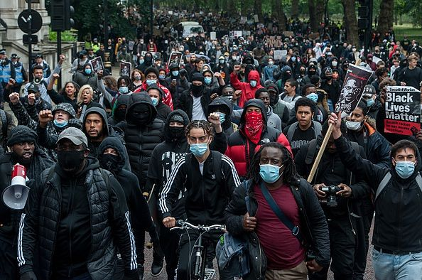 Protesty wymykają się spod kontroli. Policja w Londynie narzuca godzinę policyjną