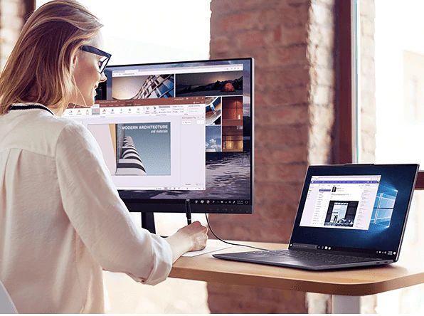 Lenovo Yoga S940 podczas pracy z zewnętrznym monitorem, fot. Lenovo.