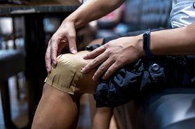 Spuchnięte kolana. Najczęstsze przyczyny bólu kolan