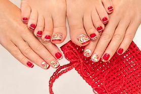 Naklejki na paznokcie – rodzaje, aplikacja naklejek wodnych i samoprzylepnych