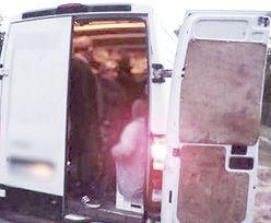 Polska policja zatrzymała busa. Zatkało ich, gdy kierowca otworzył pakę