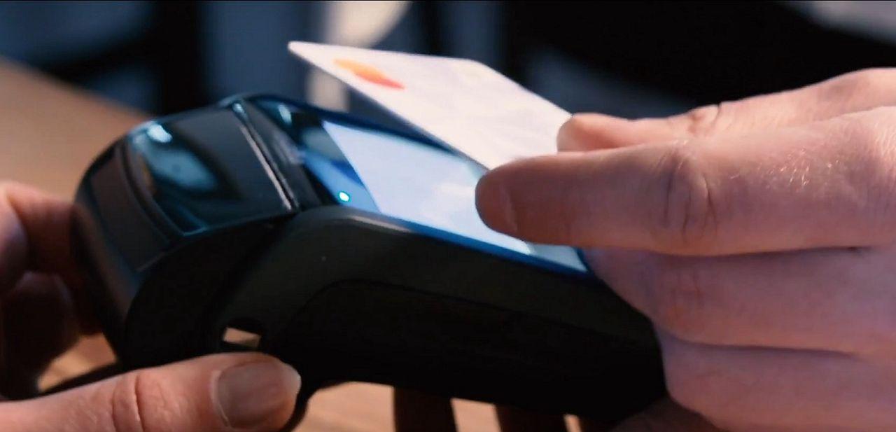 Polacy grają, więc mBank przygotował gamingową kartę płatniczą. Nie, nie świeci, ale i tak może się podobać - Nowa karta od mBanku