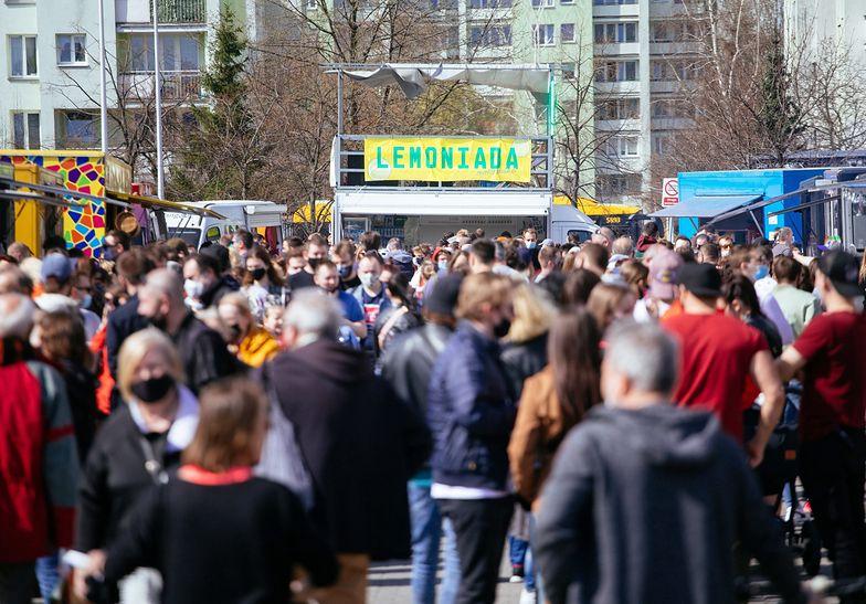 Zapomnieli o pandemii? Tłumy na zlocie food trucków w Warszawie