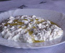 Słynny grecki sos idealny na grilla. Prosty przepis bez gotowania