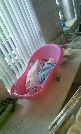 Noworodek w wanience na oddziale. Szpital się tłumaczy