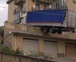 To nie fotomontaż. Ciężarówka zawisła na budynku