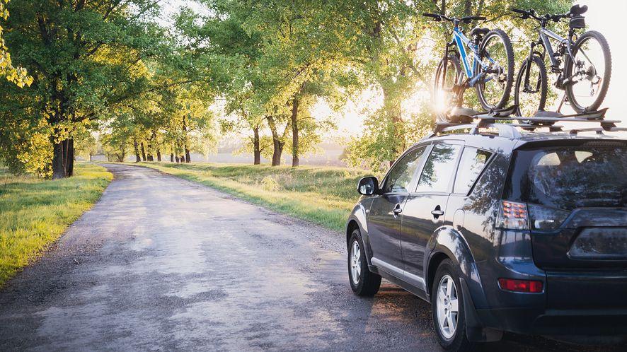 Samochodem z rowerami w drodze z depositphotos
