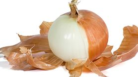 Nawóz z łupin cebuli. Wykorzystaj do kwiatów (WIDEO)