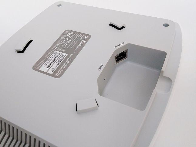 Prostota podłączenia: tylko jeden przewód i przycisk reset. Do uchwytu na suficie punkt dostępowy montuje się podobnie jak samochodową żarówkę czy obiektyw do lustrzanki – należy go przyłożyć, a następnie lekko obrócić do momentu zatrzaśnięcia.