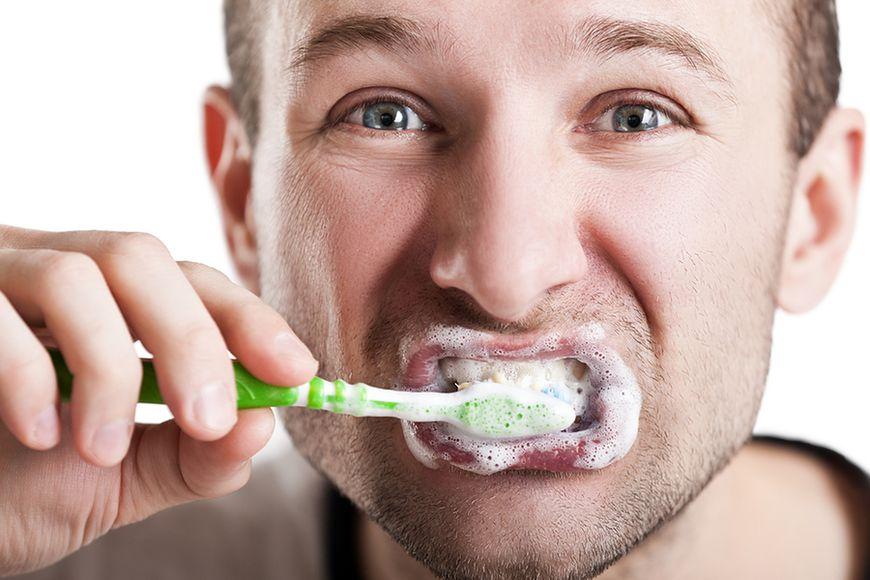 Zbyt mocne szczotkowanie zębów