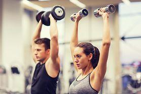 Jak zachować siłę mięśni, intensywnie ćwicząc?
